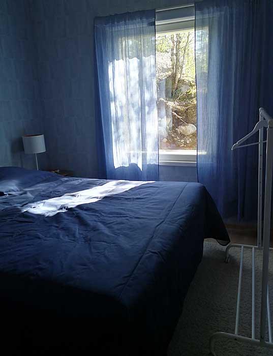 Huvilan alakerran makuuhuone Sininen hetki.